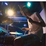 教授流行鼓 曾於美國紐約...